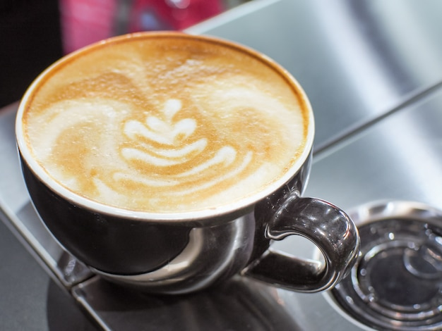 Kop latte of cappuccino met latte kunst. Premium Foto