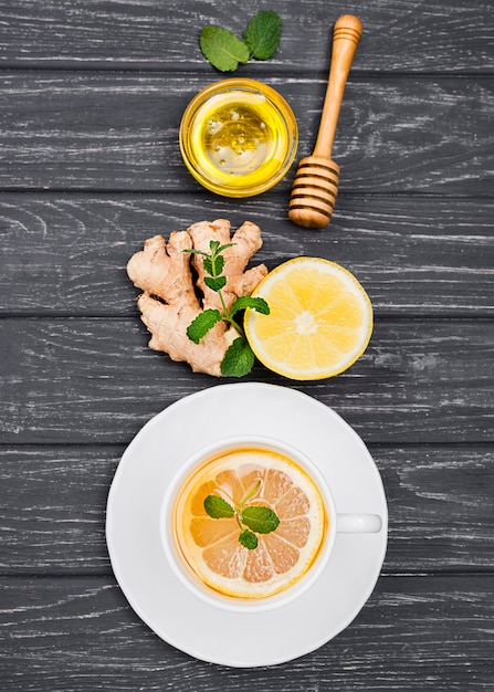 Kop met citroenthee en honing op bureau Gratis Foto