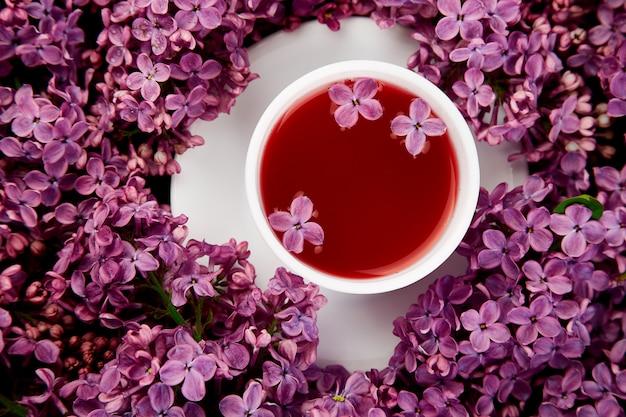 Kop thee en boeket sering Premium Foto