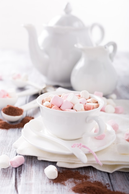 Kop warme chocolademelk met mini-marshmallows Premium Foto
