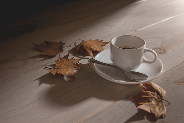 Kop warme koffie bij zonsondergang Premium Foto