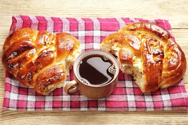 Kop warme koffie en zoet broodje Premium Foto