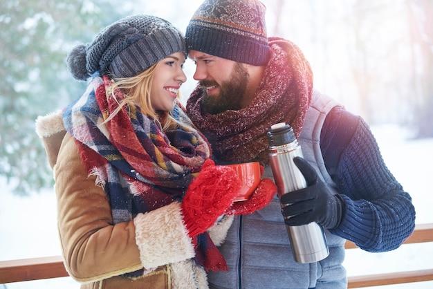 Kop warme koffie in het winterlandschap Gratis Foto