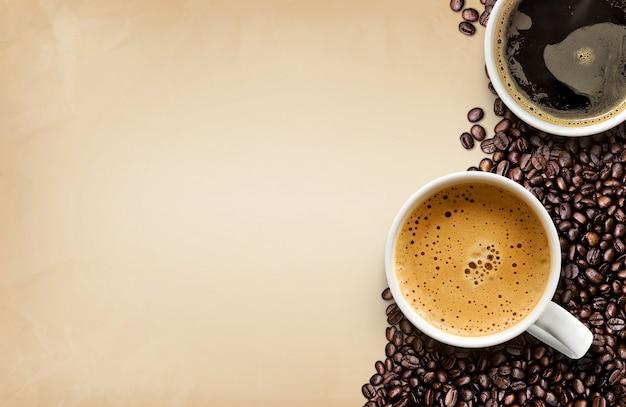 Kop warme koffie met koffiebonen Premium Foto