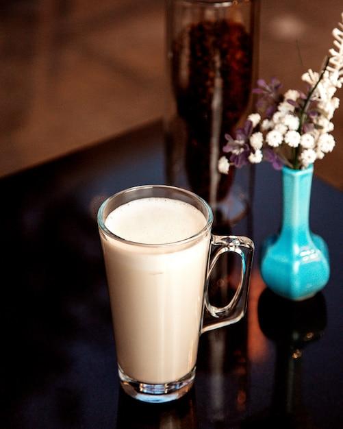 Kop warme melk met schuim Gratis Foto