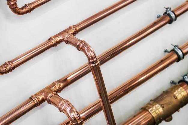 Koperen buizen en fittingen voor het uitvoeren van loodgieterswerk Premium Foto