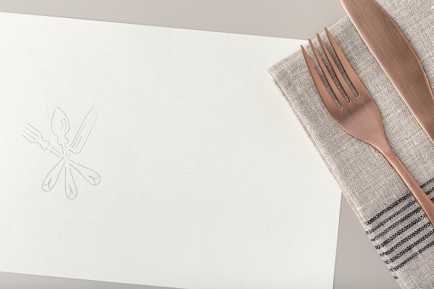 Koperen vork en mes op gerecycled papier Premium Foto