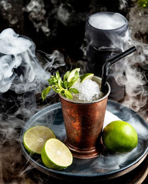 Koperglas met mojito cocktail met ijskrullen Gratis Foto