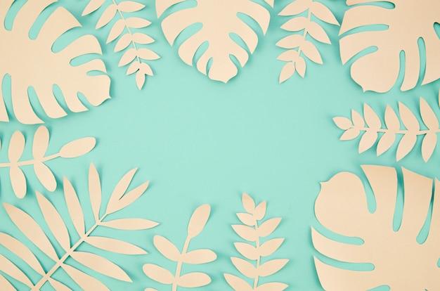Kopieer de ruimte en tropische bladeren in papier gesneden stijl Gratis Foto