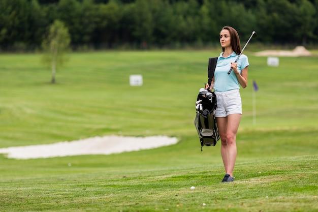 Kopieer de ruimte jonge golfspeler golfclubs houden Gratis Foto