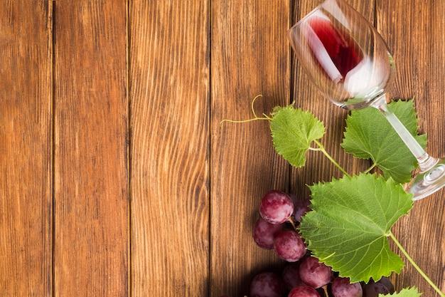 Kopieer de ruimte met een glas rode wijn Gratis Foto