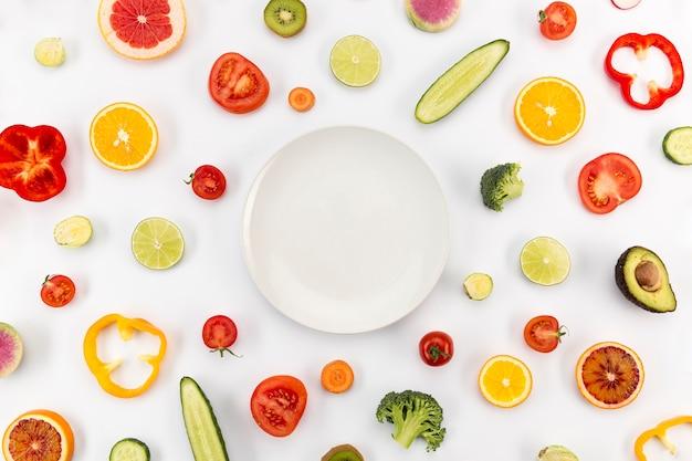 Kopieer de ruimte, omringd door plakjes fruit Gratis Foto