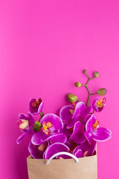 Kopieer de ruimte orchideebloemen in een papieren zak Gratis Foto