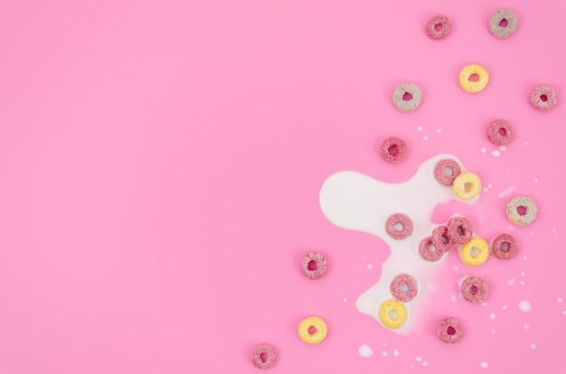 Kopieer de ruimte roze achtergrond met melk en granen Gratis Foto