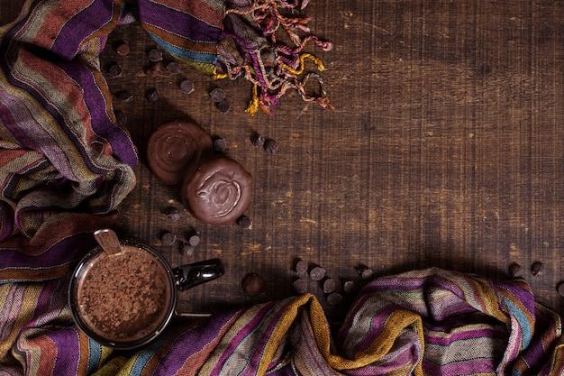 Kopieer de ruimteachtergrond met warme chocolademelk Gratis Foto