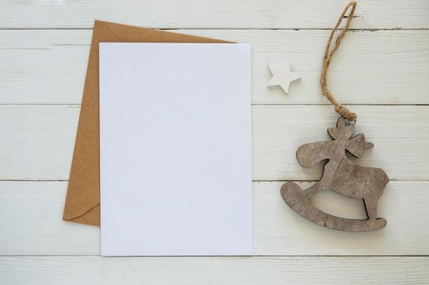 Kopieer de ruimtekaart met envelop en decoratie Gratis Foto