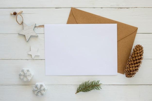 Kopieer de ruimtekaart met envelop en kerstversiering Gratis Foto