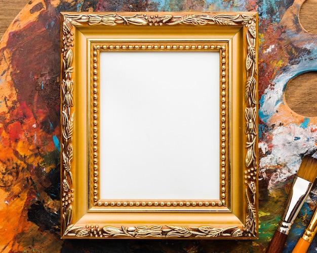 Kopieer ruimte canvas in gouden frame en verf Gratis Foto