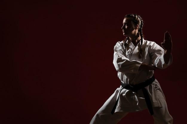 Kopieer ruimte en vrouw in witte uniform karate Gratis Foto