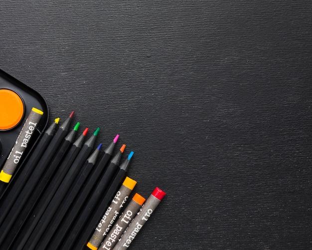 Kopieer ruimte kleurrijke kleurpotloden en potloden Premium Foto