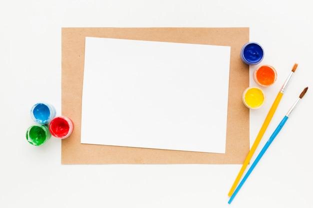 Kopieer ruimte papier en aquarelverf containers Gratis Foto