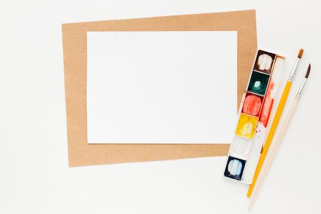 Kopieer ruimte papier en aquarelverf Gratis Foto