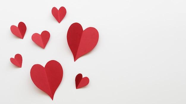 Kopieer-ruimte rode harten vormen op tafel Gratis Foto