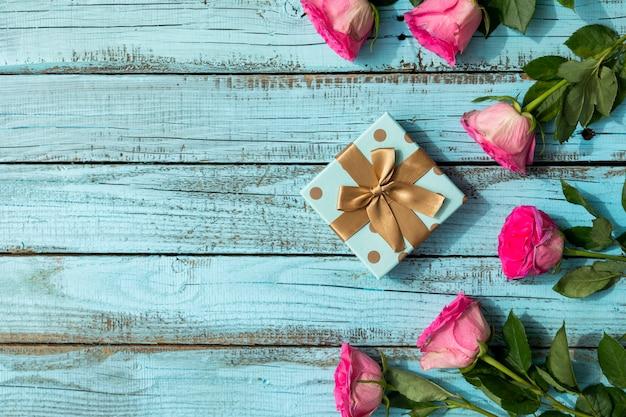 Kopieer ruimte rozen en cadeau Gratis Foto