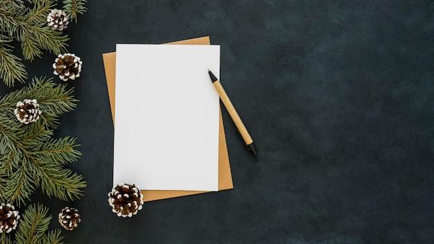 Kopieer ruimte wit papier en pen Gratis Foto