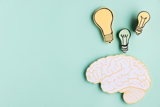 Kopieerruimte papier hersenen met gloeilamp Gratis Foto