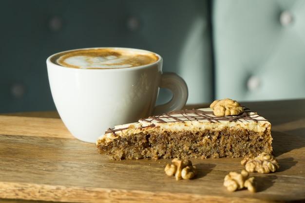 Kopje cappuccino met een fluitje van een cent Gratis Foto