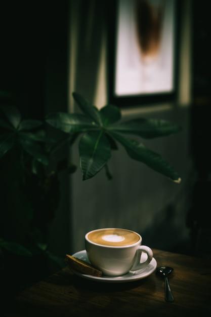 Kopje goed gemaakte latte met kunst op schuim Gratis Foto