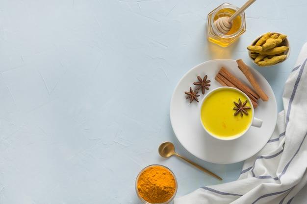 Kopje gouden kurkuma melk met honing. gezonde drank voor immuniteit. bovenaanzicht. natuurlijk eten Premium Foto