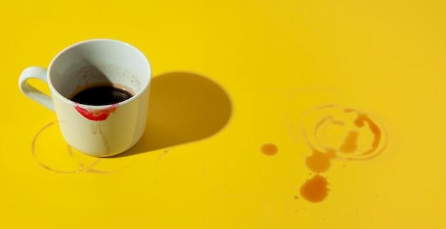 Kopje koffie gekleurd met lippenstift Gratis Foto