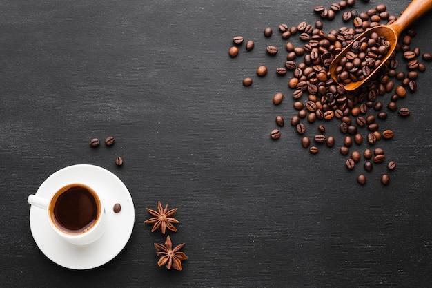 Kopje koffie met bonen en anijs Gratis Foto