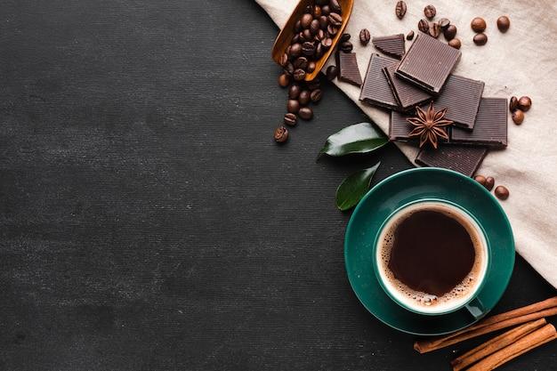 Kopje koffie met chocolade en kopie ruimte Gratis Foto