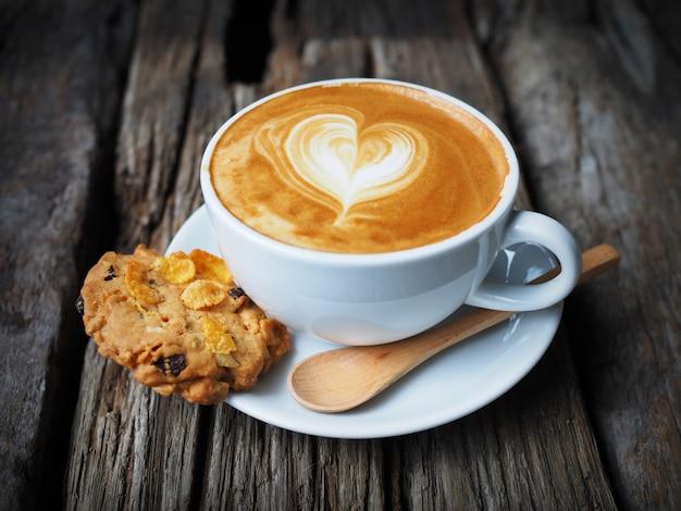 Kopje koffie met een hart getrokken in schuim Gratis Foto