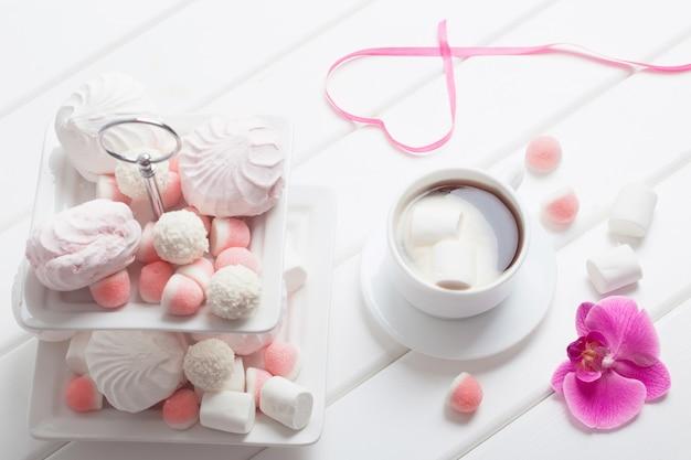 Kopje koffie met marshmallow voor valentijnsdag Premium Foto