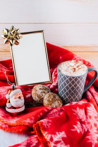 Kopje koffie met slagroom en kader Gratis Foto