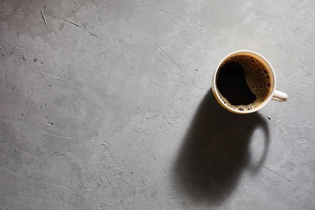Kopje koffie op een grijze bovenaanzicht als achtergrond. copyspace Premium Foto