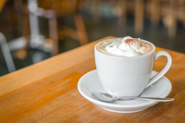 Kopje koffie op tafel in cafe Gratis Foto