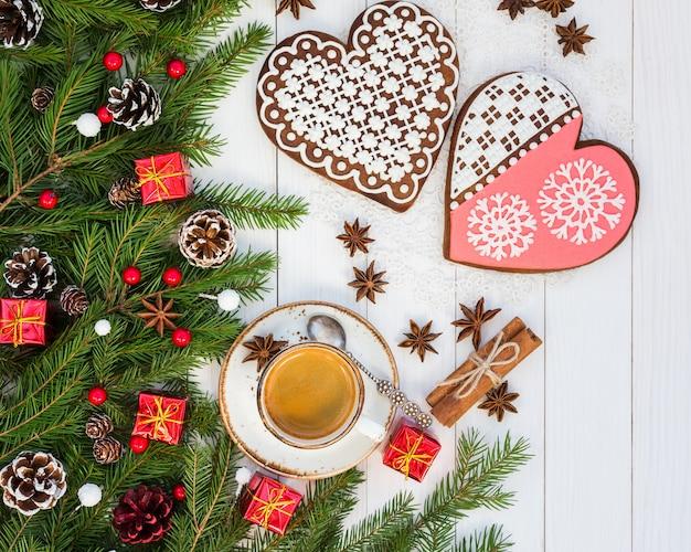 Kopje koffie op witte houten tafel met kerstdecoratie. bovenaanzicht Premium Foto