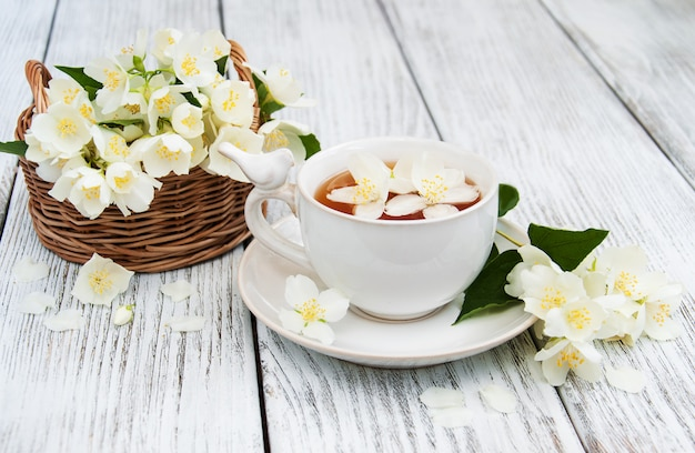 Kopje thee met jasmijnbloemen Premium Foto