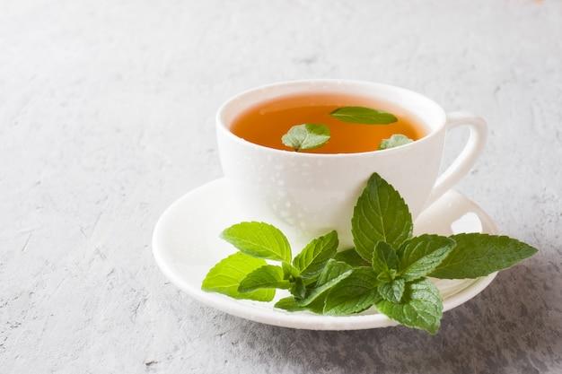 Kopje thee met verse muntblaadjes Premium Foto