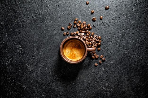 Kopje verse koffie geserveerd in cup Gratis Foto