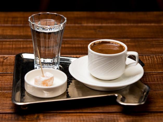 Kopje warme turkse koffie met water en turks fruit Gratis Foto