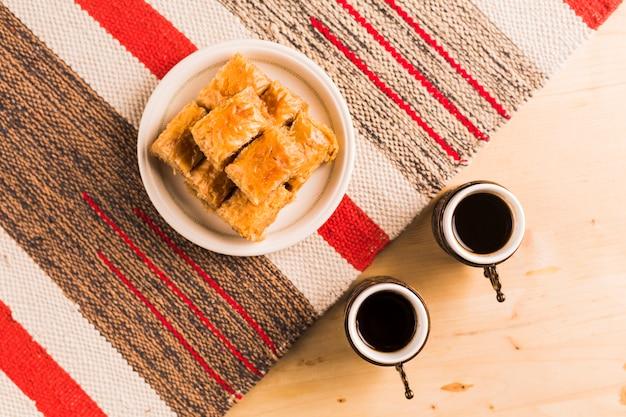 Kopjes koffie en turkse zoetigheden Gratis Foto