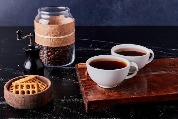Kopjes koffie met koekjes en bonen. Gratis Foto