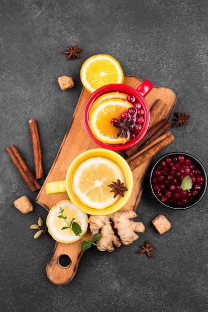 Kopjes met thee fruit aroma op houten plank Gratis Foto