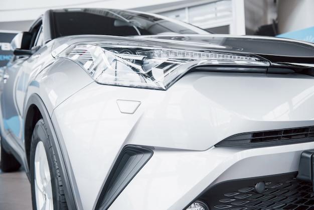 Koplamp vooraan met schitterende reflecties van de carrosserie van de auto Gratis Foto